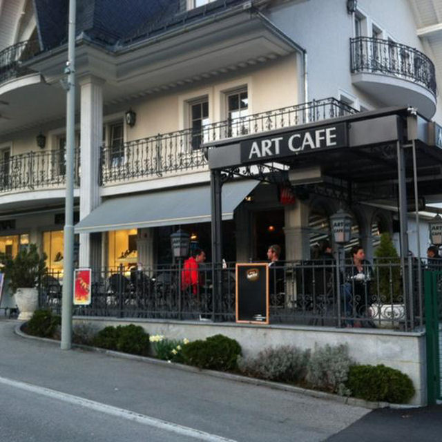Art cafe bar