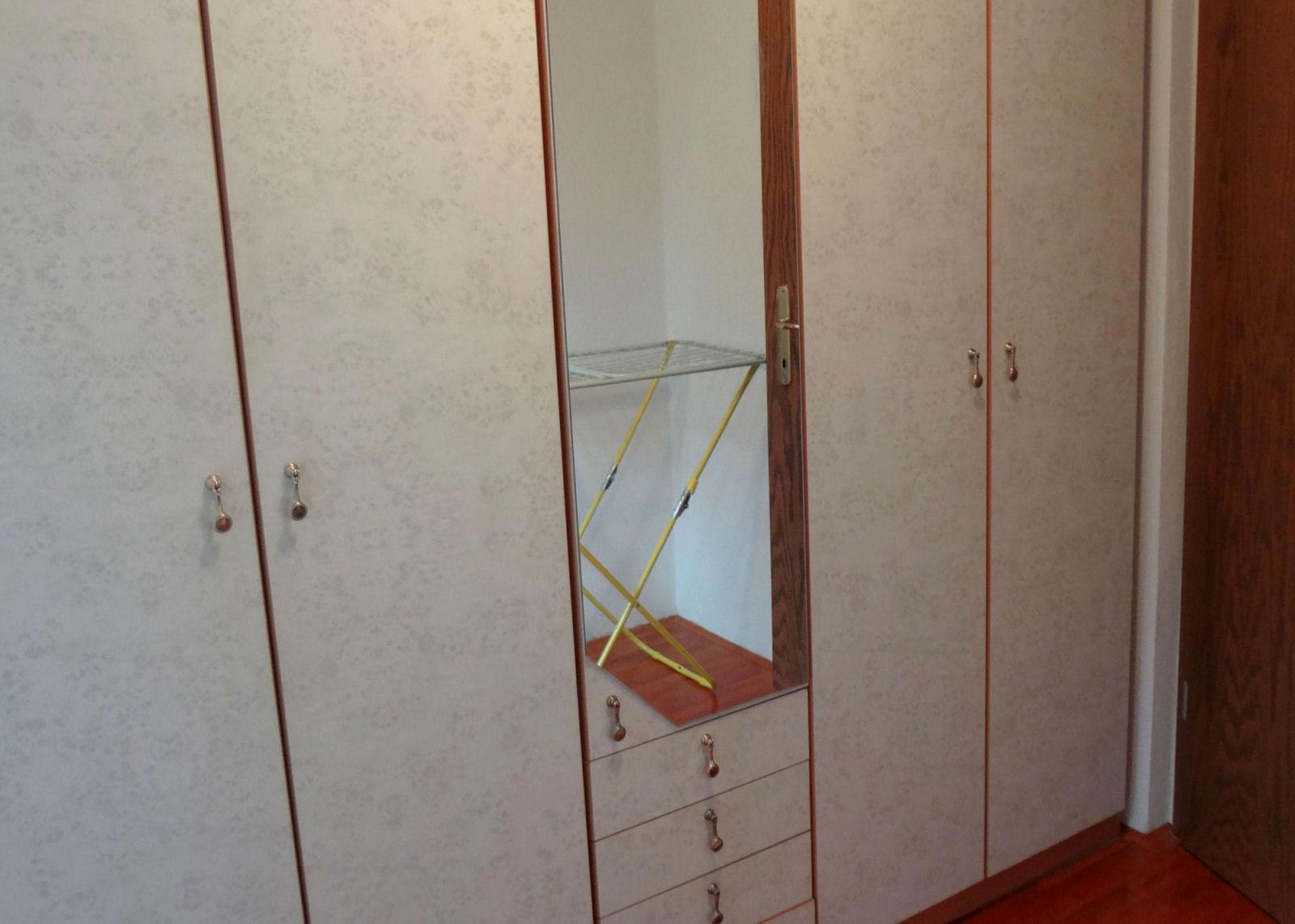 Garderobna soba s prostorno omaro v apartmaju