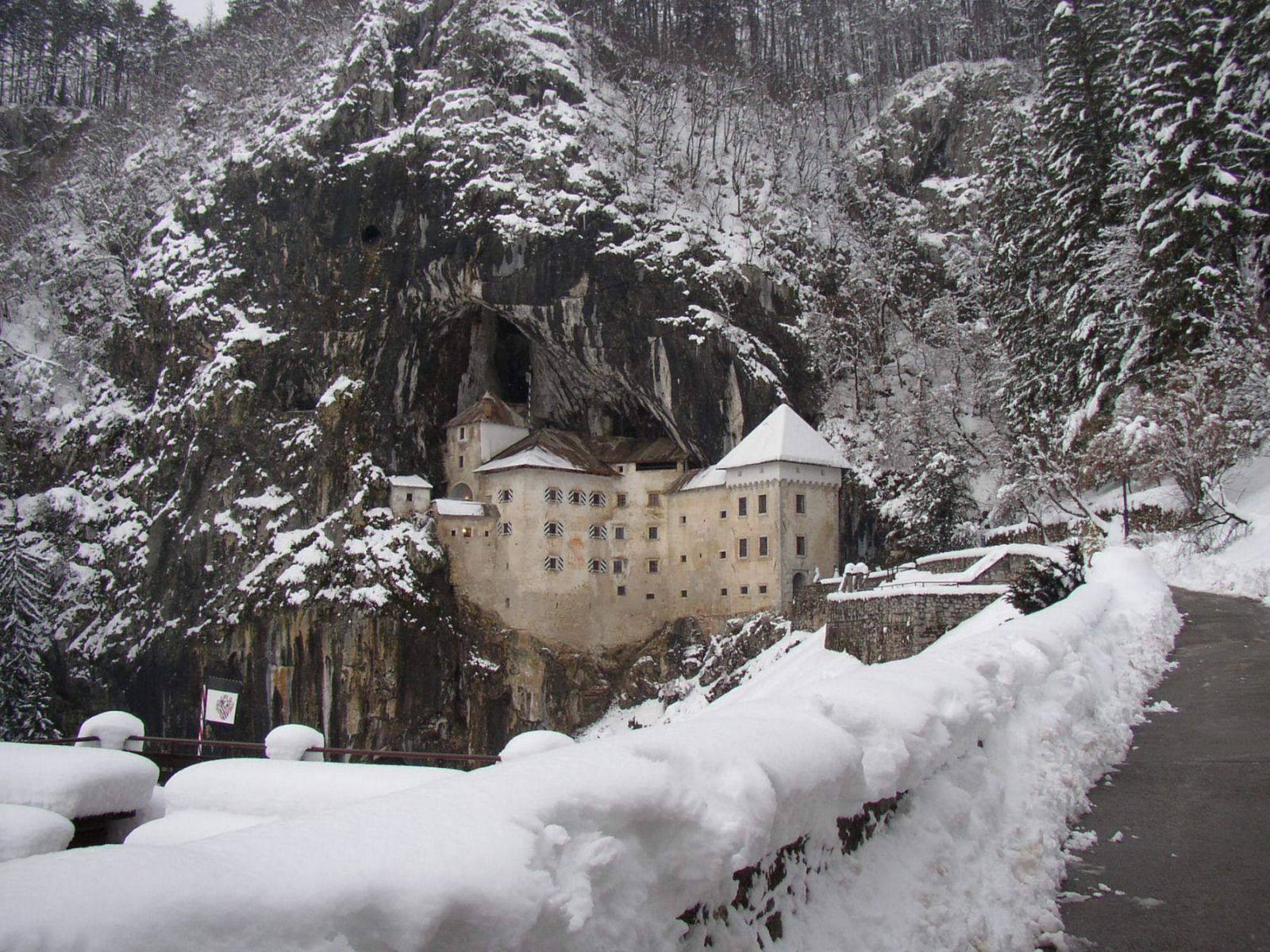 predjama-castle-slovenia-in-winter-snow