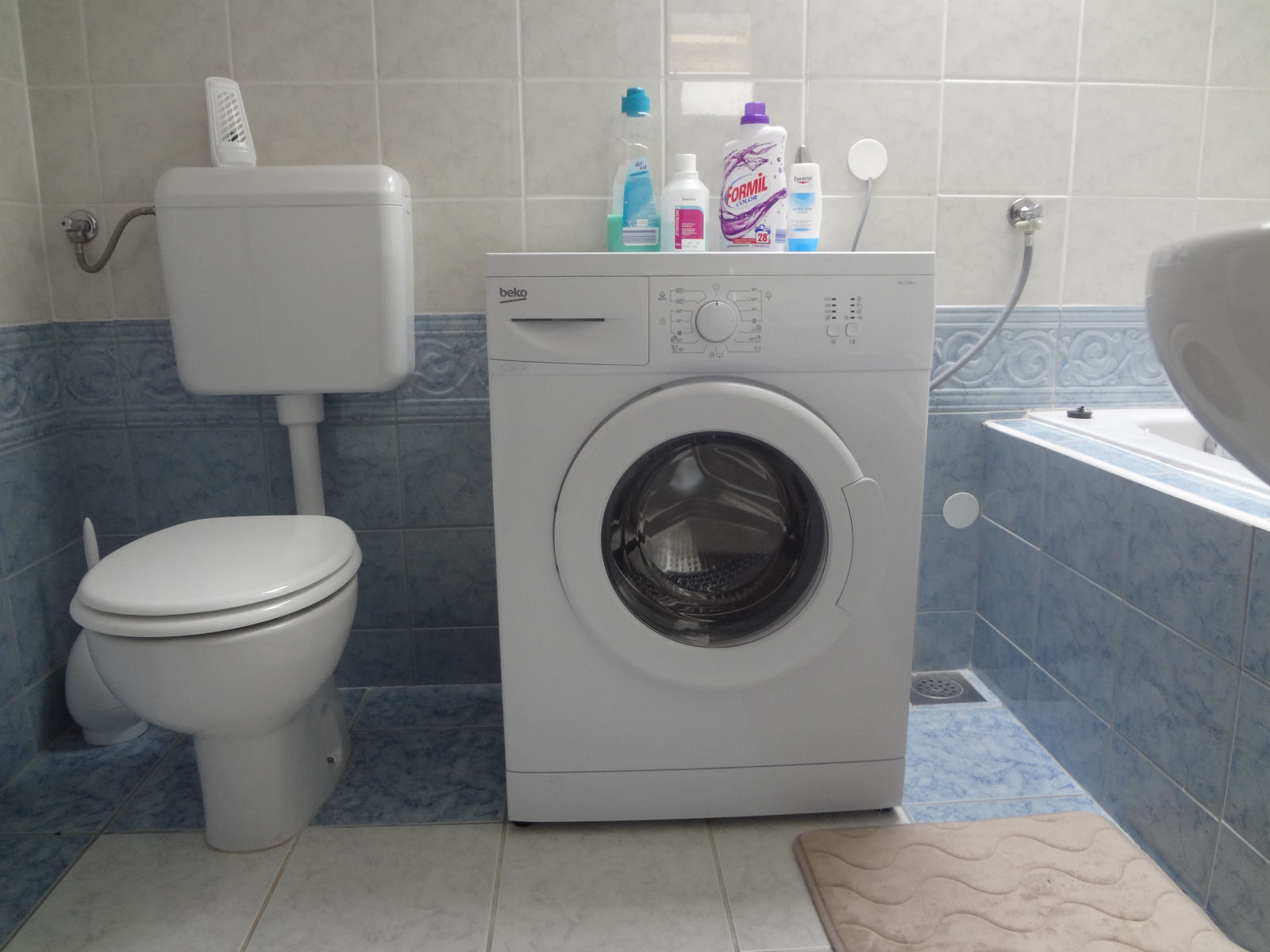 Awesome apartment washing machine images home design for Small bathroom designs with washing machine