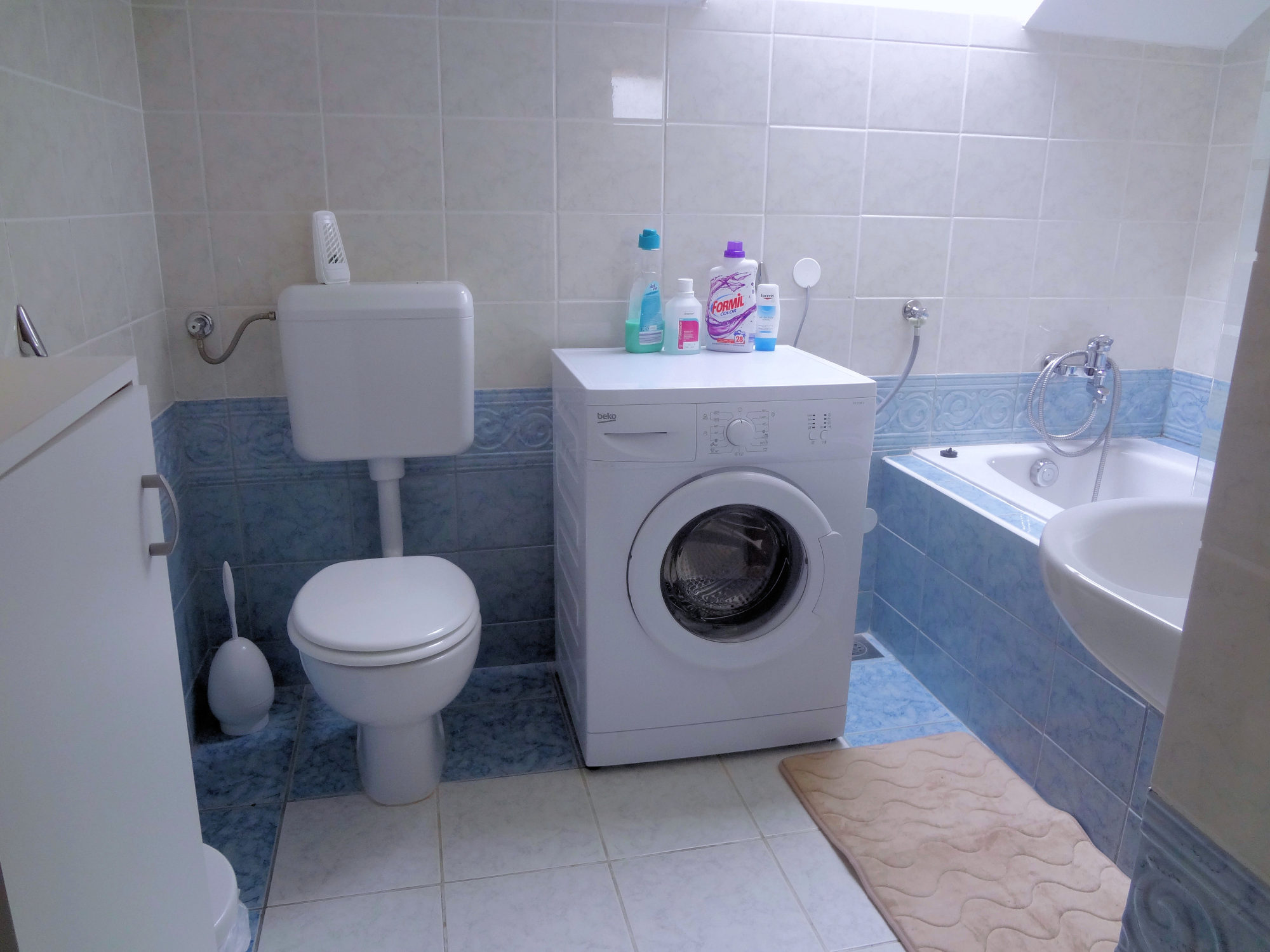 The bathroom of Apartments Fine Stay with a bathtub and a washing machine