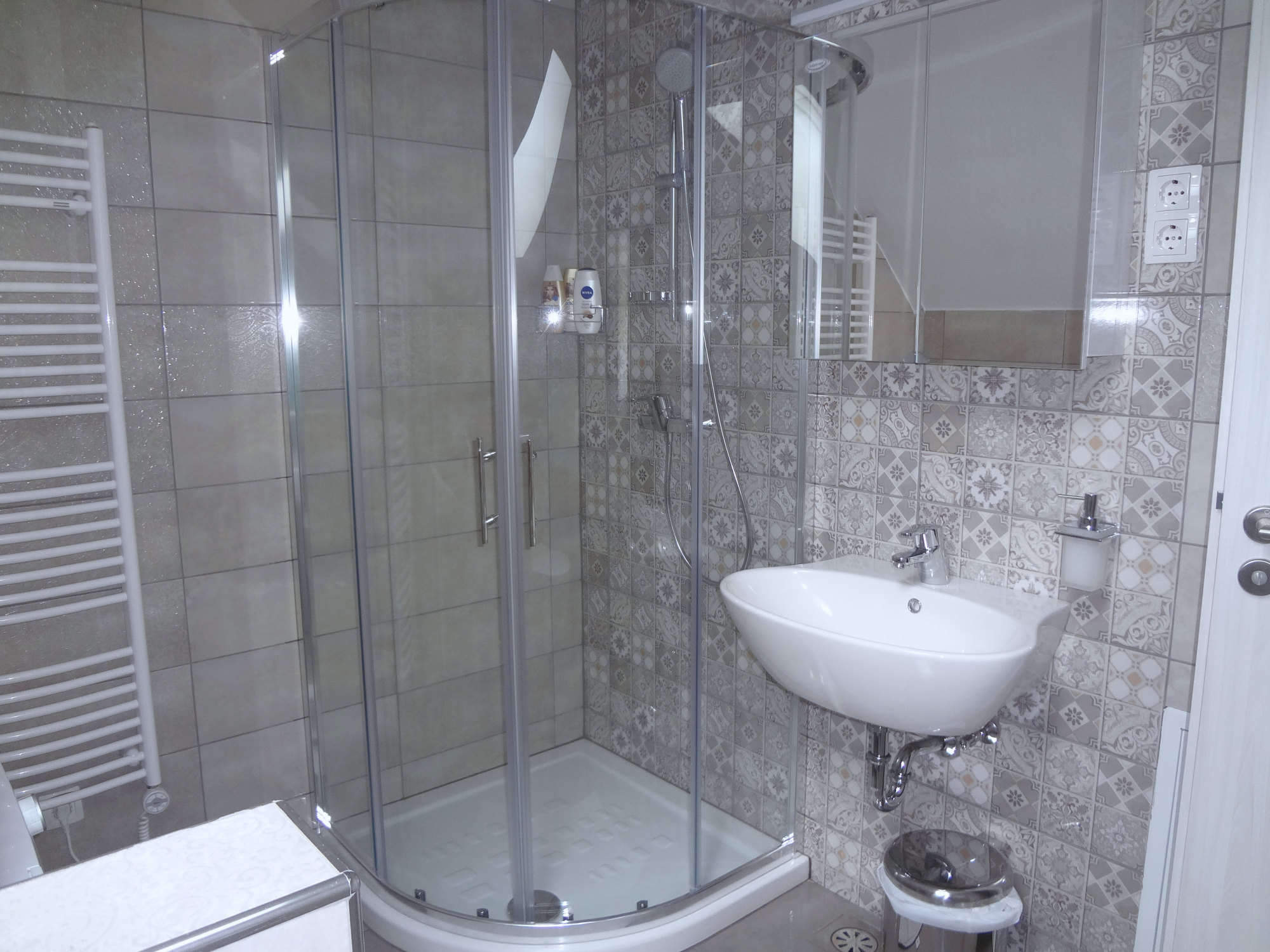 A glass shower stall in the bathroom of Apartments Fine Stay in the Slovenian Alps