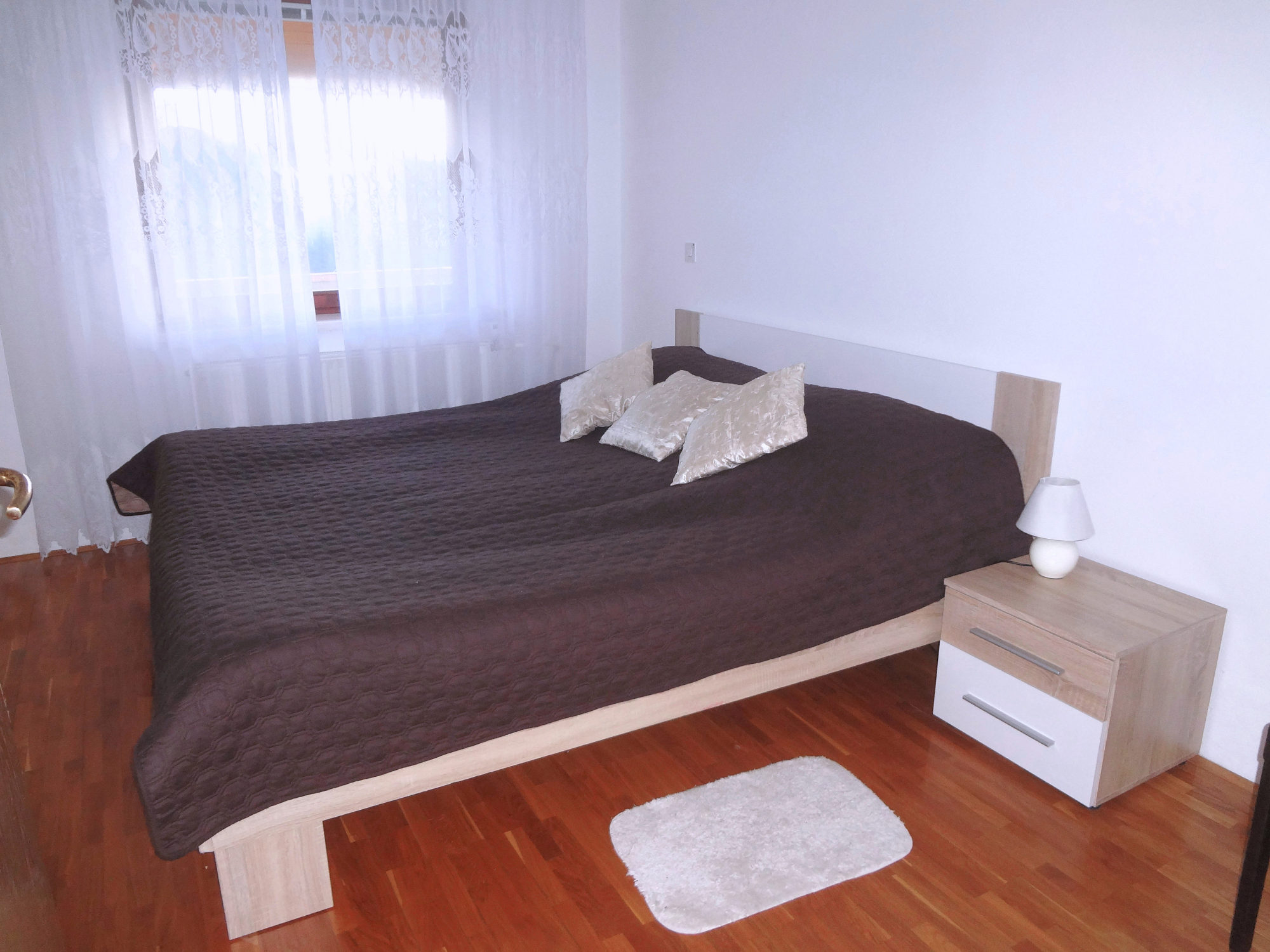 A king size double bed in the bedroom of Apartments Fine Stay in the Bled area of Slovenia