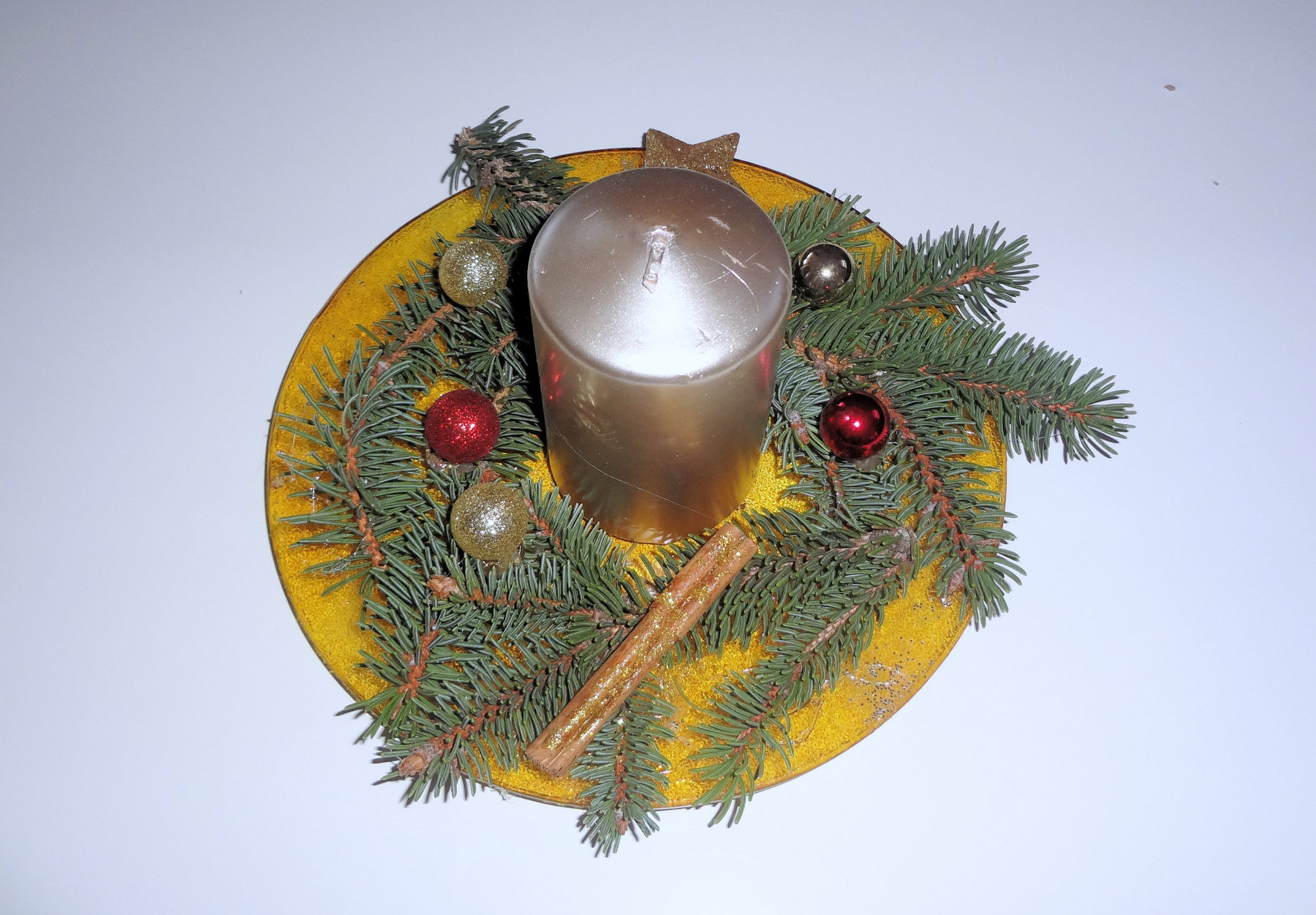 Christmas plate with a golden candle decoration in Apartments Fine Stay