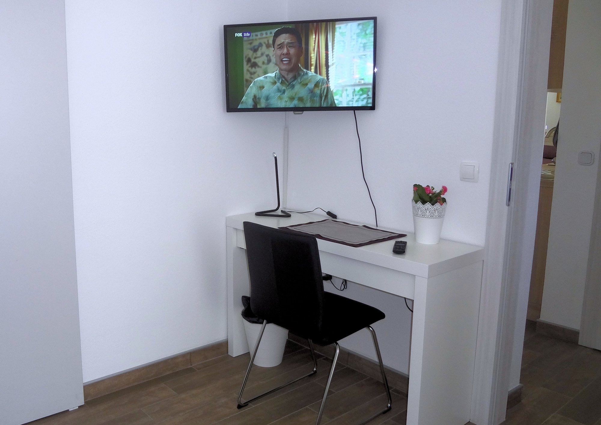 A small working desk and a flat screen TV in Apartments Fine Stay in the Gorenjska region of Slovenia