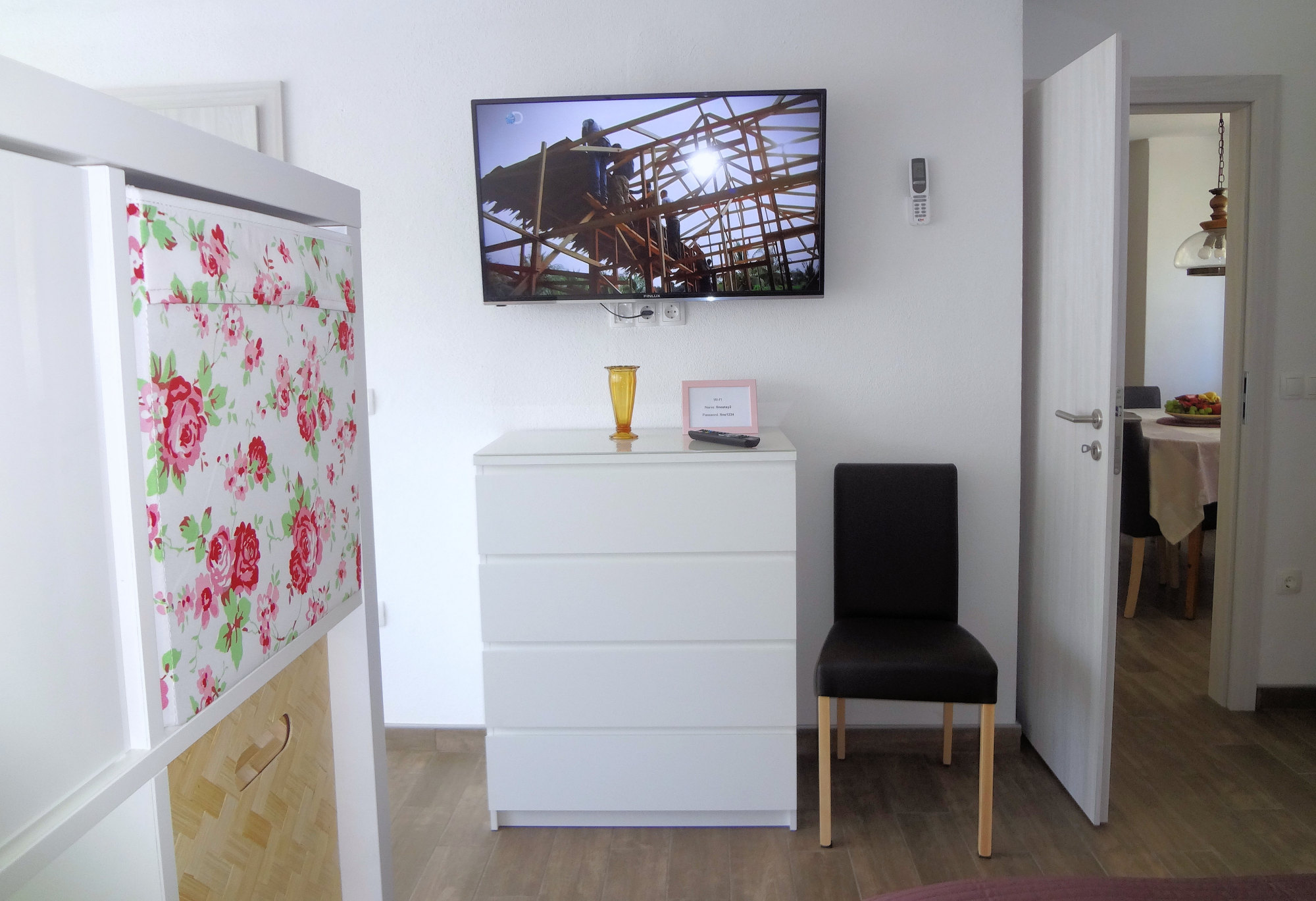 A flat screen TV with digital channels in the living area of Apartments Fine Stay in the Gorenjska region of Slovenia