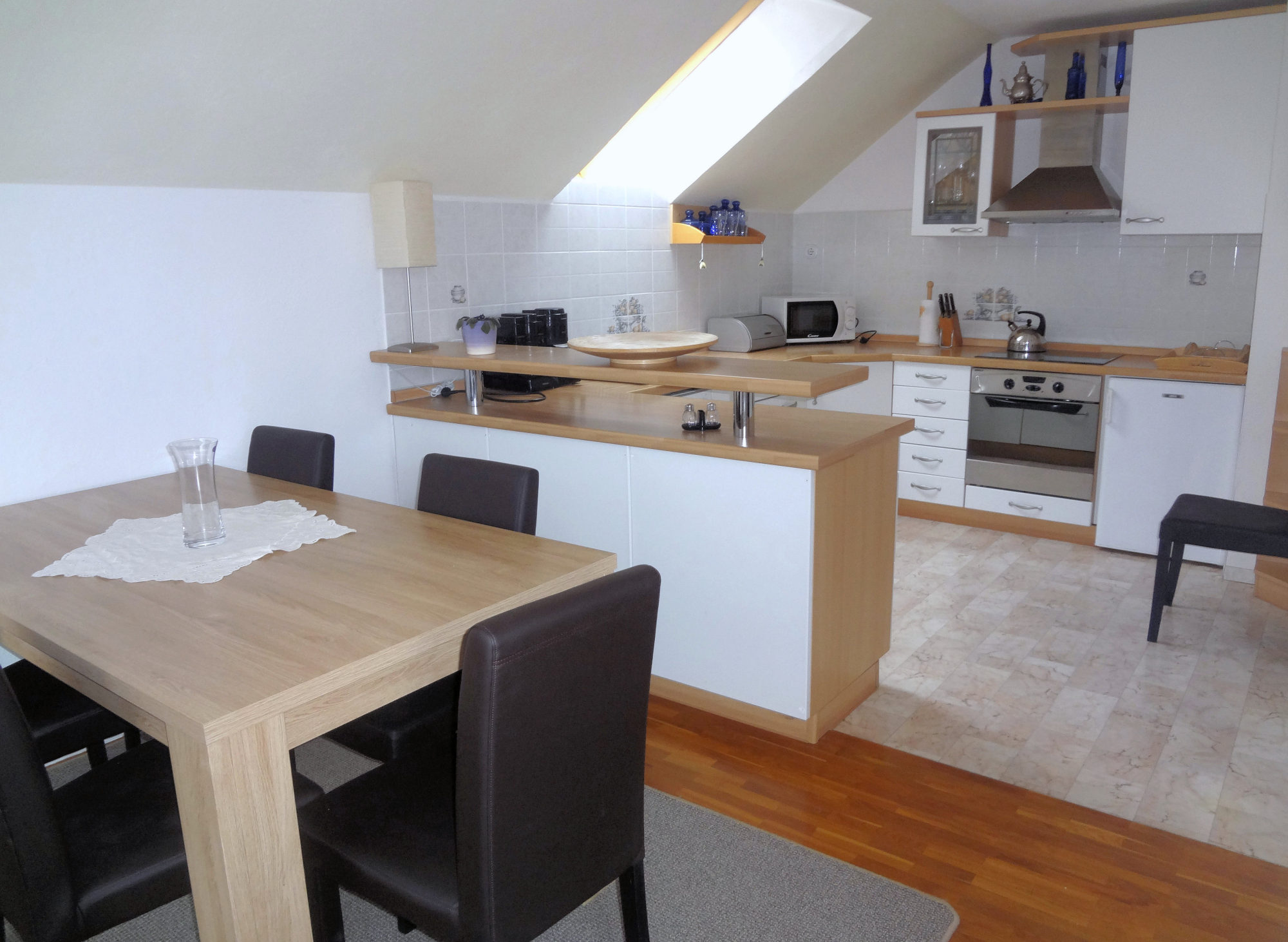 The kitchen and dinning area of Apartments Fine Stay in the Bled area of Slovenia